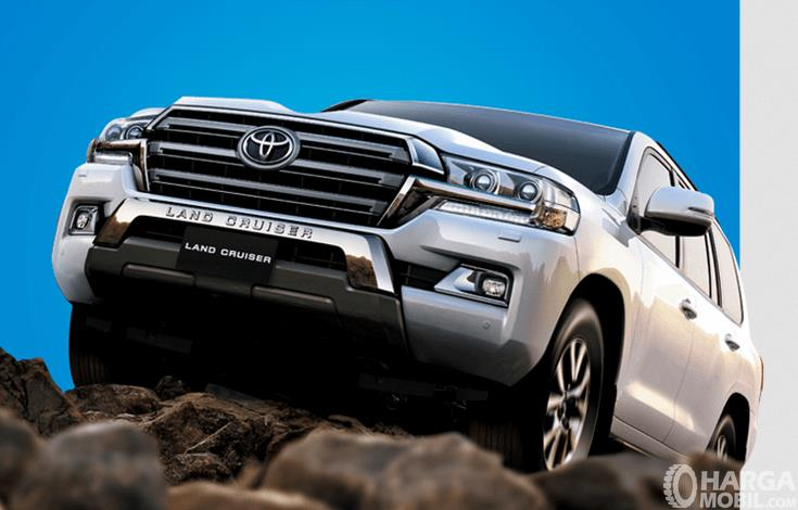 Gambar ini menunjukkan mobil Toyota Land Cruiser sedang naik tebing