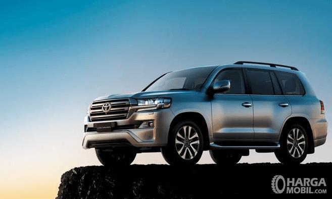 Gambar ini menunjukkan Toyota Land Cruiser tampak bagian samping