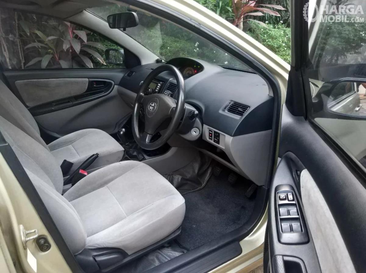 Foto Toyota Vios 2003 pintu terbuka di baris depan