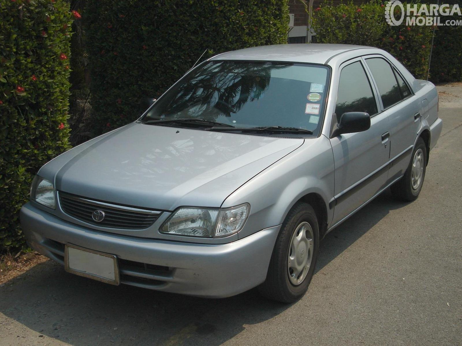 Foto Toyota Soluna 2000 diparkir pemiliknya di pinggir jalan
