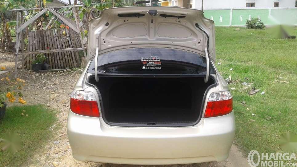 Foto Bagasi Toyota Vios 2003 yang lumayan lapang untuk barang bawaan ringan