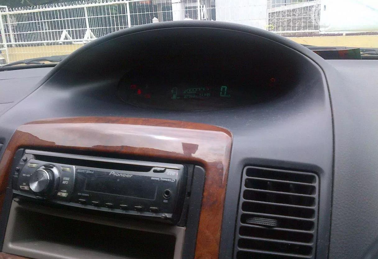 Foto pemutar musik dan AC pada Toyota Vios 2003 tanpa head unit