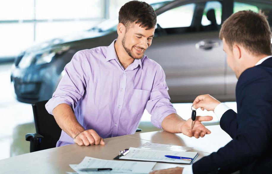 gambar ini menunjukkan 2 orang sedang melakukan penyerahan kunci mobil