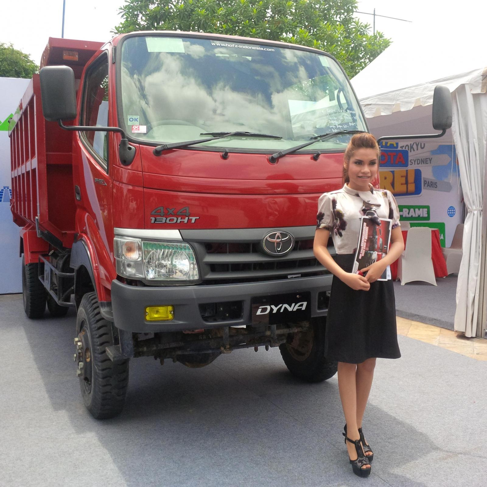 Foto seorang model bersama Toyota Dyna 130HT