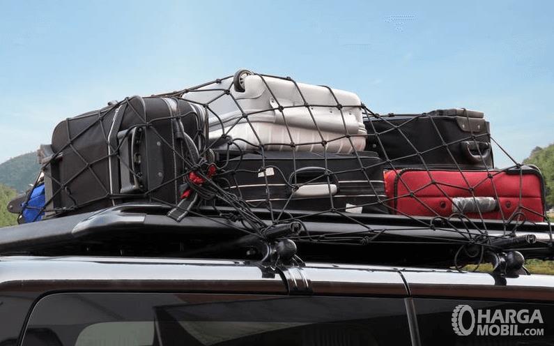 Gambar ini menunjukkan barang bawaan yang ditempatkan di atas mobil