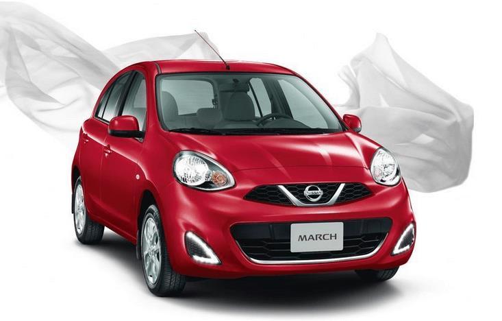 Gambar ini menunjukkan mobil Nissan March warna merah tampak depan dan samping kanan