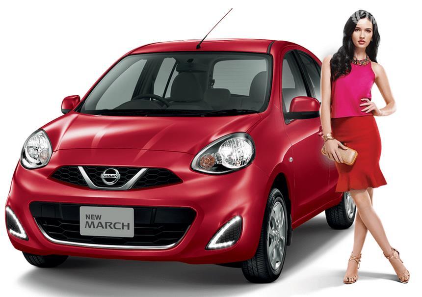 Gambar ini menunjukkan Mobil Nissan March warna merah dan seorang wanita berdiri di sampingnya