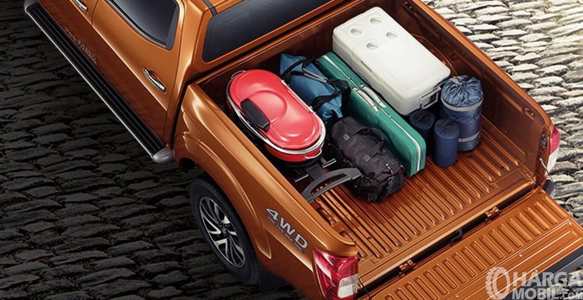 Gambar ini menunjukkan kap mobil Nissan Navara dan terdapat beberapa barang