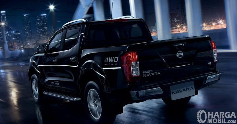 Gambar ini menunjukkan mobil Nissan Navara warna hitam tampak belakang