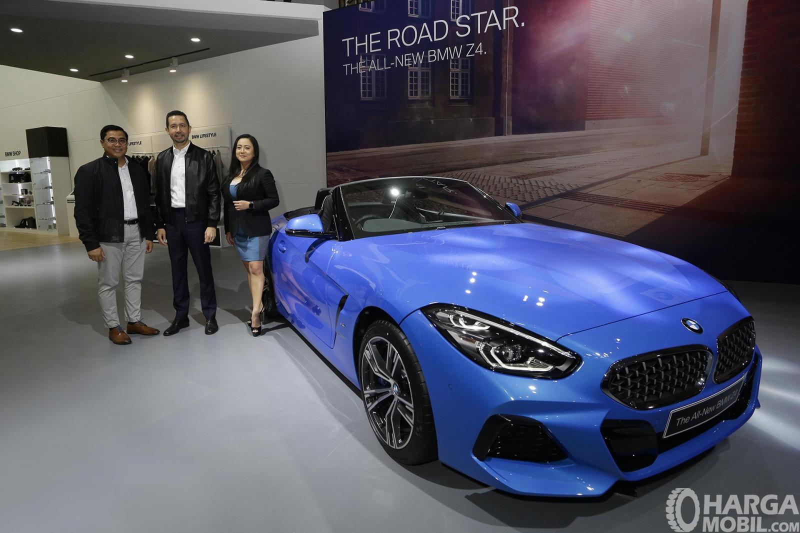 Promo All New BMW Z4 berwarna biru dilihat dari sisi depan