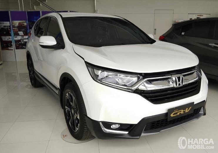Gambar ini menunjukkan mobil Honda CR-V 2.0L warna putih tampak bagian depan