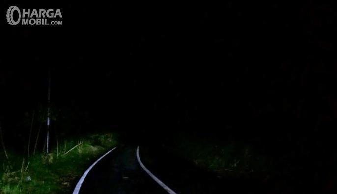 Gambar ini menunjukkan jalanan gelap dengan 2 garis putih