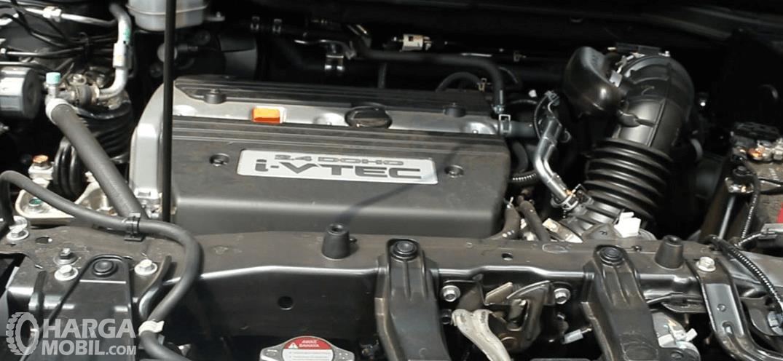 Gambar ini menunjukkan mesin Honda CR-V gen 3
