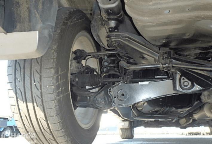 Gambar ini menunjukkan suspensi mobil Honda CR-V gen 3 dan terlihat rodanya