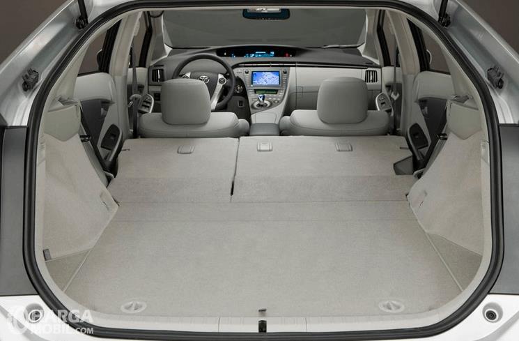 Gambar ini menunjukkan bagasi mobil  Toyota Prius 2009 dengan kursi sudah dilipat