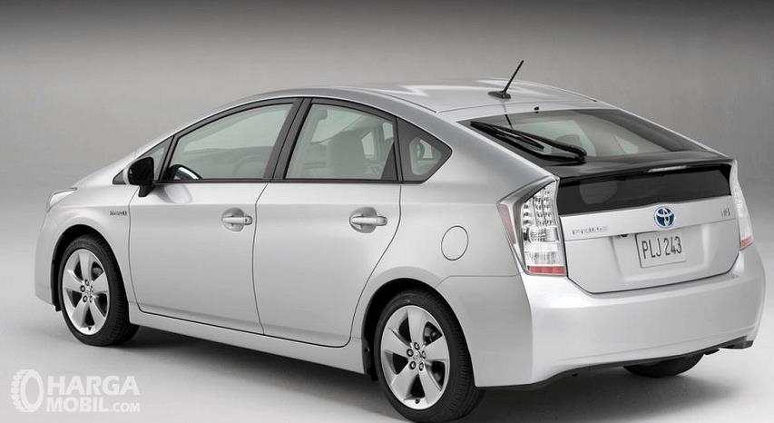 Gambar ini menunjukkan bagian belakang  Toyota Prius 2009 dan juga bagian kiri