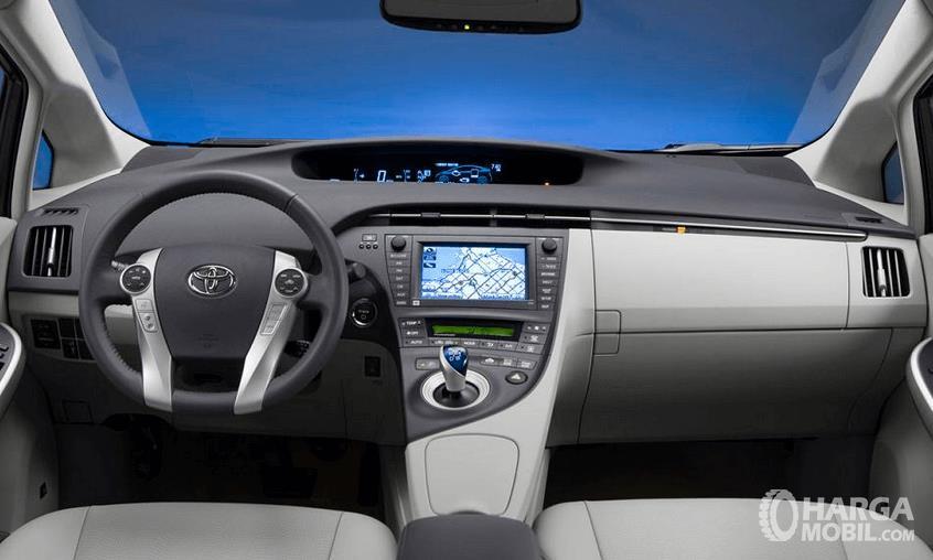 Gambar ini menunjukkan Dashboard dan kemudi mobil  Toyota Prius 2009