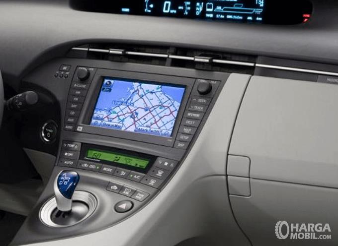 Gambar ini menunjukkan head unit  Toyota Prius 2009
