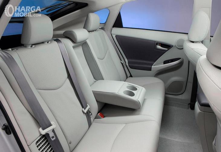Gambar ini menunjukkn bagian kursi belakang  Toyota Prius 2009