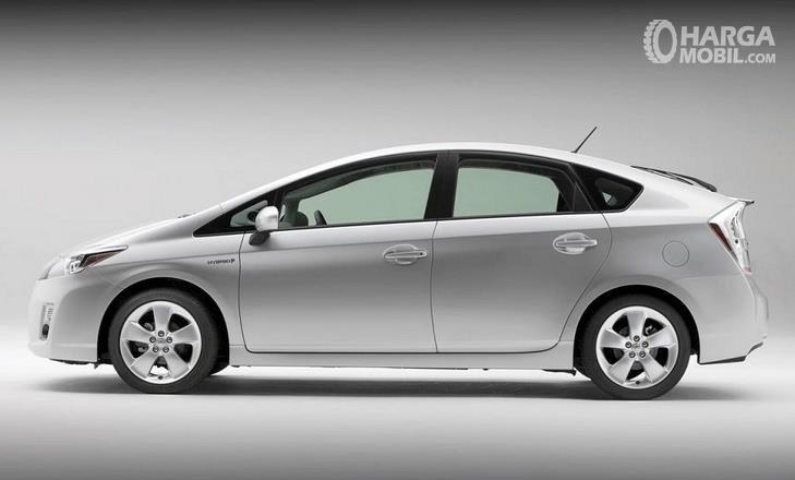 Gambar ini menunjukkan bagian samping  Toyota Prius 2009 warna silver