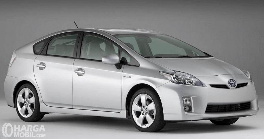 Gambar ini menunjukkan mobil Toyota Prius 2009 tampak sisi depan dan samping kanan