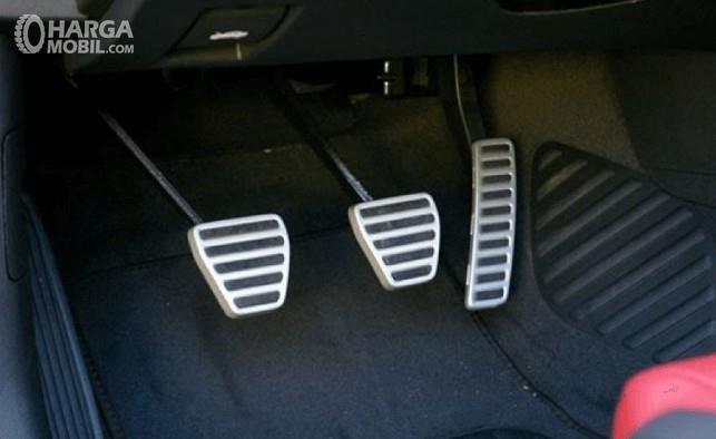 Gambar ini menunjukkan 3 pedal pada mobil meliputi pedal gas, rem dan kopling