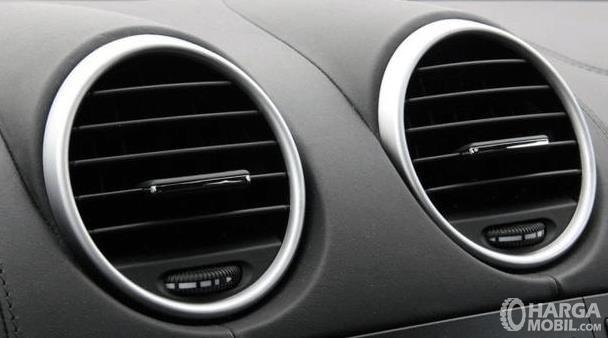 Gambar ini menunjukkan kisi-kisi AC mobil dengan jumlah 2 buah