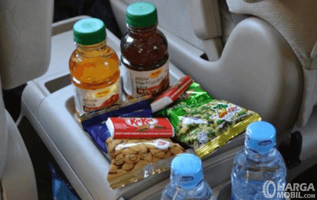 Gambar ini menunjukkan makanan dan minuman ringan berada di dalam mobil