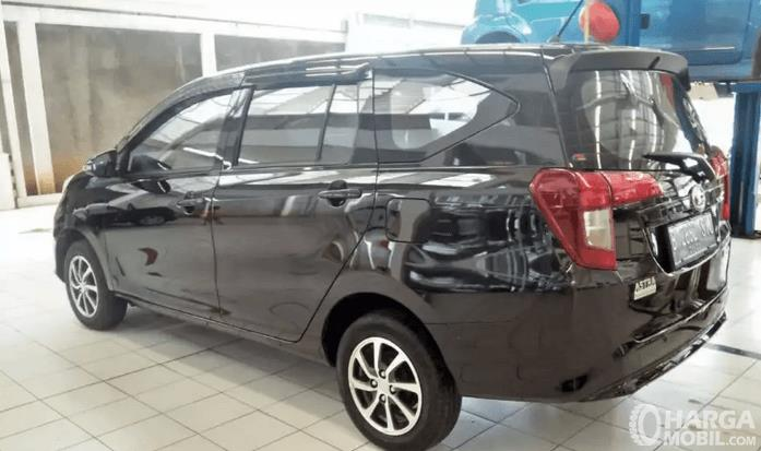 Gambar ini menunjukkan mobil Daihatsu sedang berada di bengkel