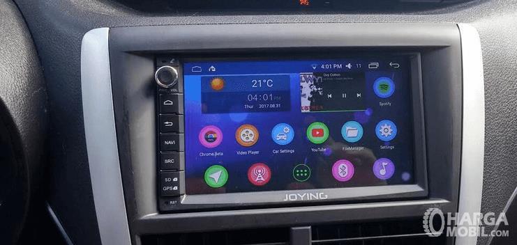 Gambar ini menunjukkan audio mobil yang terdapat pada head unit dashboard