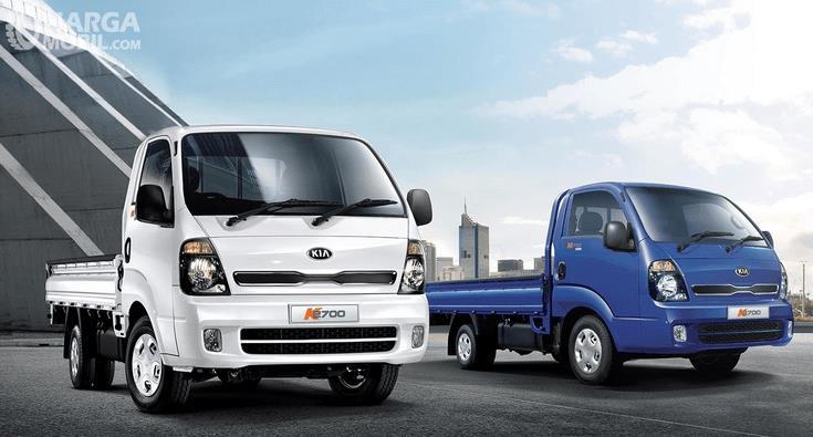Gambar ini menunjukkan 2 mobil KIA K2700 warna putih dan biru tampak depan