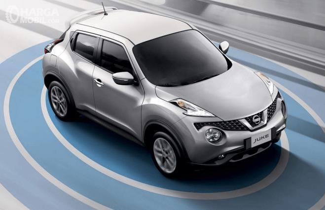 Gambar ini menunjukkan ilustrasi fitur Nissan Juke warna silver
