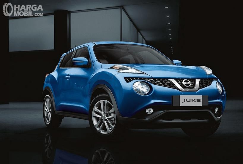 Gambar  ini menunjukkan mobil Nissan Juke warna biru tampak bagian depan