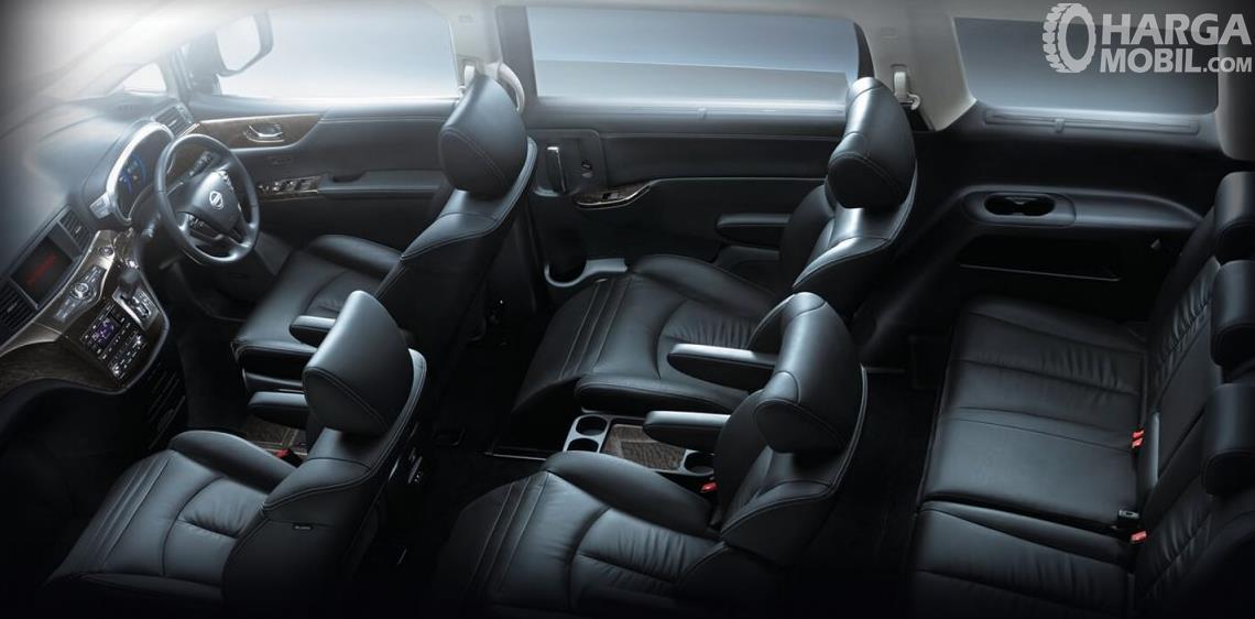 Gambar ini menunjukkan interior Nissan Elgrand dan tampak kursi dan kemudi mobil
