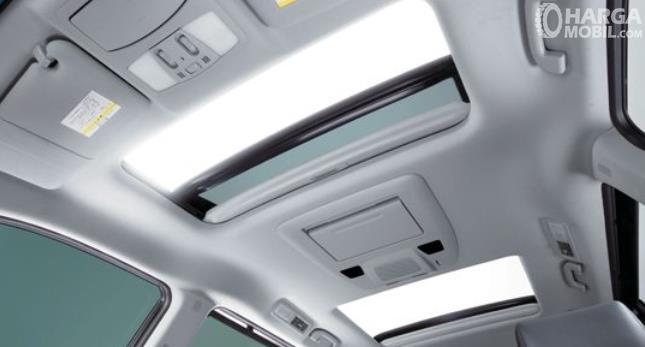 Gambar ini menunjukkan atap mobil Nissan Elgrand dengan 2 sunroof