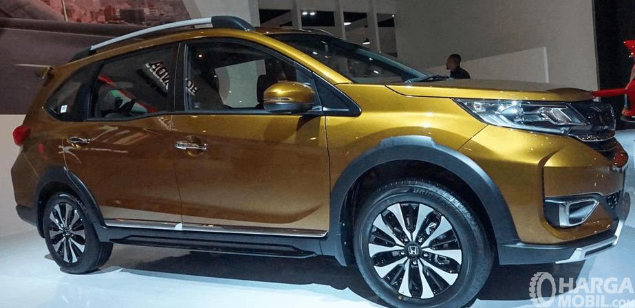 Gambar ini menunjukkan Mobil New Honda BR-V 2019 wana emas tampak bagian samping
