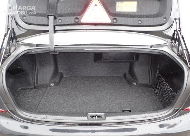 Foto menunjukkan bagasi Toyota Crown Royal Saloon 2010