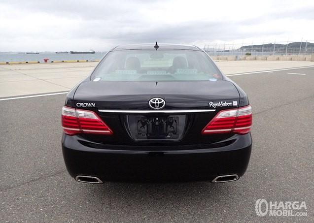 Foto menunjukkan Toyota Crown Royal Saloon 2010 difoto dari arah belakang