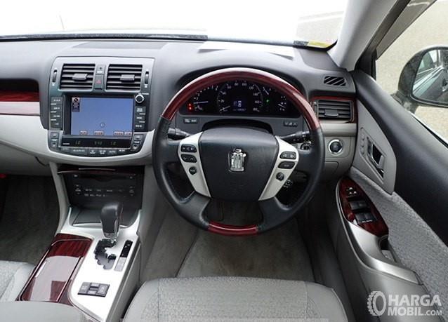 Foto menunjukkan Dashboard dan Setir Toyota Crown Royal Saloon 2010 yang lebih modern