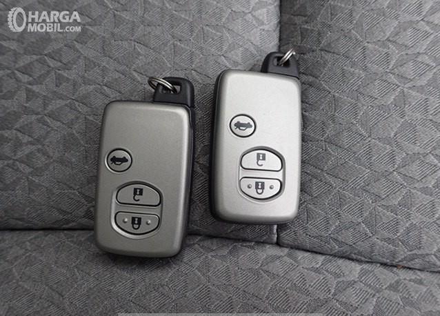 Foto menunjukkan kunci Toyota Crown Royal Saloon 2010