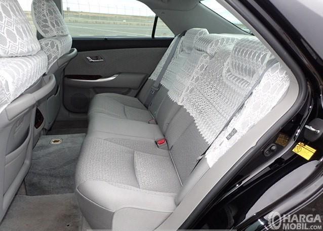 Foto menunjukkan kursi belakang Toyota Crown Royal Saloon 2010