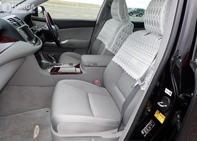 Foto menunjukkan bagian kabin Toyota Crown Royal Saloon 2010