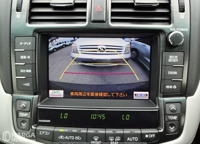 Foto menunjukkan Head Unit Toyota Crown Royal Saloon 2010