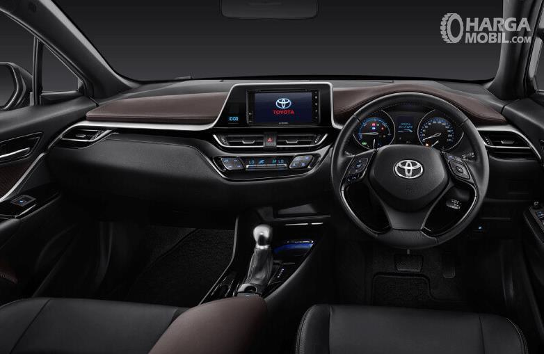 Gambar ini menunjukkan dashboard mobil Toyota C-HR Hybrid 2019