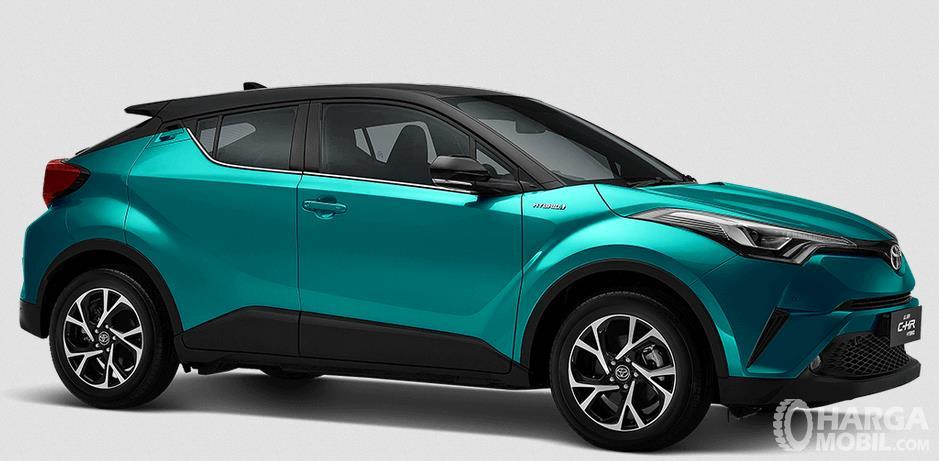 Gambar ini menunjukkan bagian samping Toyota C-HR Hybrid 2019 warna biru