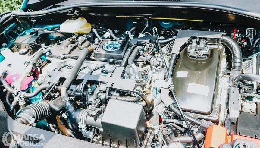 Gambar ini menunjukkan mesin Toyota C-HR Hybrid 2019