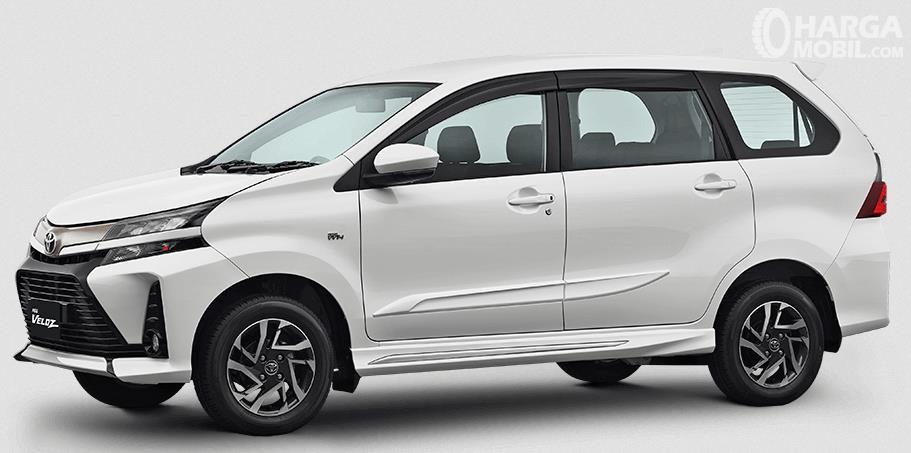 Gambar ini menunjukkan bagian samping mobil Toyota New Veloz 2019 warna putih