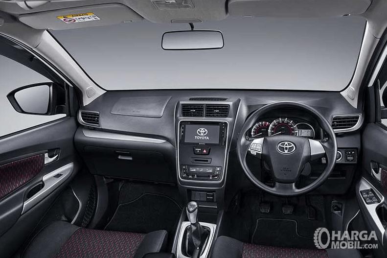 Gambar ini menunjukkan interior mobil Toyota New Veloz 2019 tampak dashboard dan kemudi