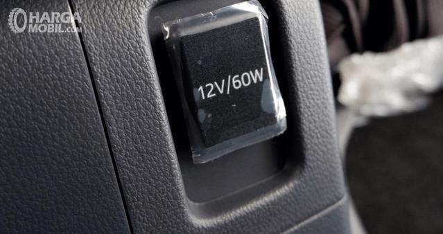 Gambar ini menunjukkan power slot pada mobil Toyota New Veloz 2019