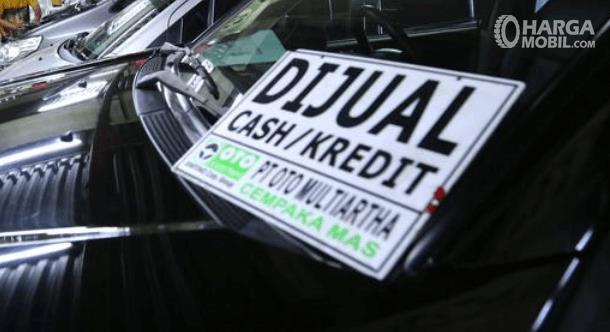 Gambar ini menunjukkan beberapa mobil dan terdapat tulisan dijual